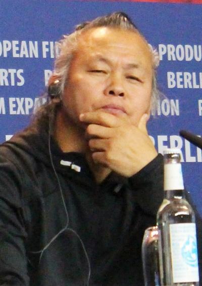 베를린 영화제서 '여배우 폭행' 질문받는 김기덕 감독 베를린 영화제에 초청된 김기덕 감독이 17일(현지시간) 독일 베를린 하얏트호텔에서 열린 기자회견에서 '여배우 폭행' 사건과 관련해 질문을 받고 있다.