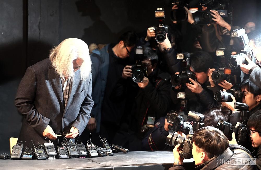이윤택 전 연희단거리패 예술감독이 19일 오전 서울 종로구 30스튜디오에서 열린 성추행 사실에 대한 사과 기자회견에서 고개를 숙이고 있다.