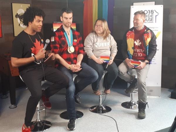 커밍아웃한 스포츠 스타 거스 캔워시(왼쪽 두 번째)와 에릭 래드퍼드(오른쪽 두 번째)가 평창 프라이드 하우스에서 관계자들과 이야기를 나누고 있다.