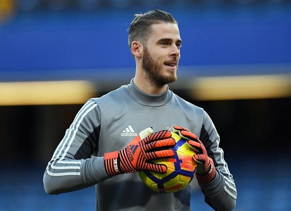맨체스터 유나이티드 골 키퍼 다비드 데 헤아가 지난해 11월 6일 영국 런던 스탬퍼드 브리지 스타디움에서 진행된 첼시와의 경기를 앞두고 준비운동을 하고 있는 모습이다.
