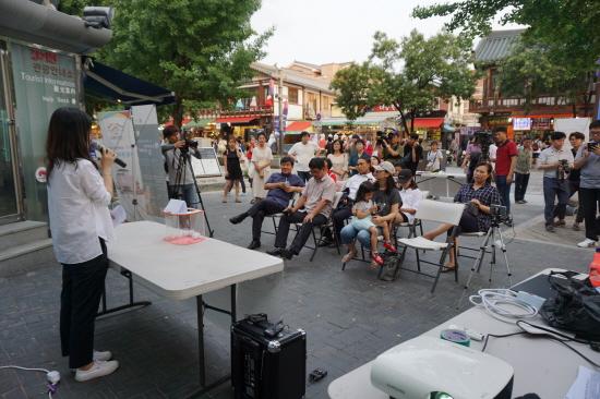 지난해 기본소득 전북네트워크는 '전라북도 기본소득 실험 - 쉼표, 프로젝트'를 시작했다. 추첨을 통해 시민 4명을 선발하여 매달 50만원씩 6개월간 지급했다. 쉼표, 프로젝트 추첨 현장. (자료 사진)