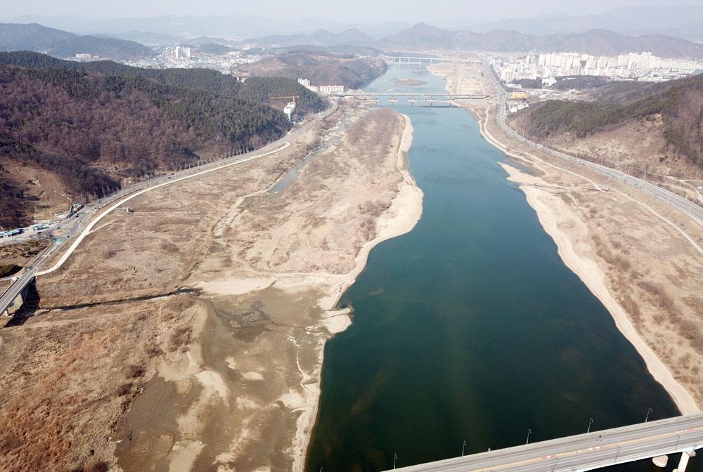 4대강 사업으로 일부 구간이 준설된 새들목(하중도)도 모래톱이 재퇴적되고 있다.