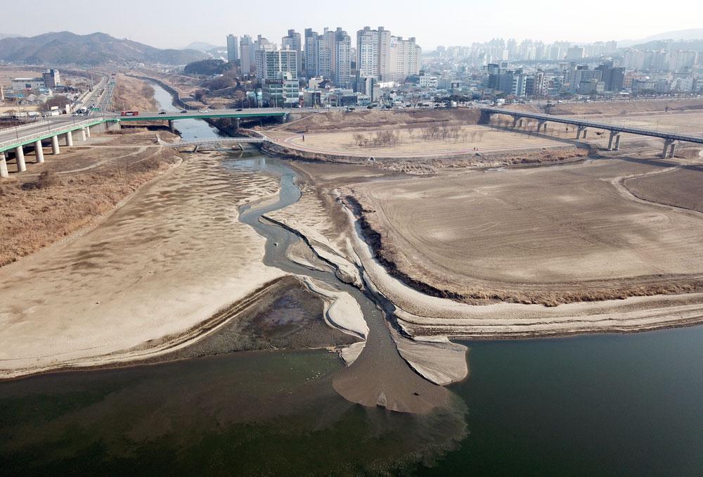 충남 공주시 정안천에서 흘러든 모래가 쌓이면서 넓은 퇴적토가 만들어지고 있다.