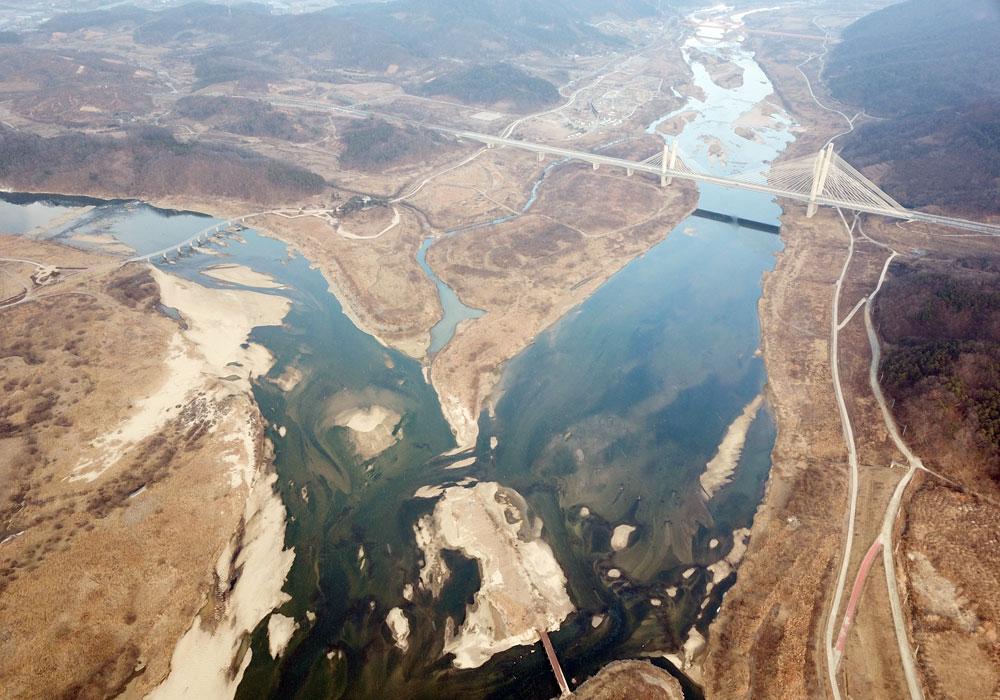 충북 미호천과 대청댐 등 물이 만나는 지점인 합강리.