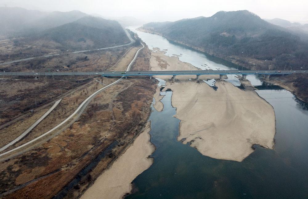 충북 미호천에서 세종시 합강리로 흘러드는 곳에도 모래톱이 생겨났다.