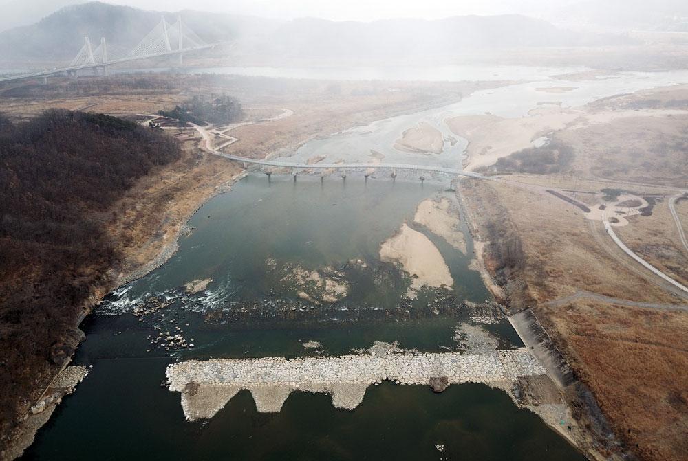 충북 미호천에서 세종시 합강리로 흘러드는 곳에 쌓았던 돌보는 70m가량이 유실되어 버렸다.