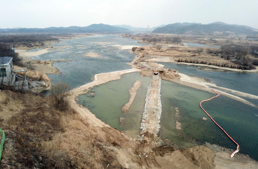 세종보 수위가 내려가면서 호수공원으로 물을 끌어가기 위해 양화취수장 앞에 돌보를 쌓고 있다.