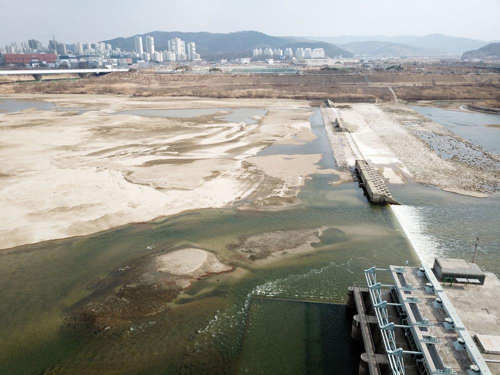 전면 수문이 개방 중인 세종보는 수력발전소 쪽으로만 물이 흘러내리고 있다.