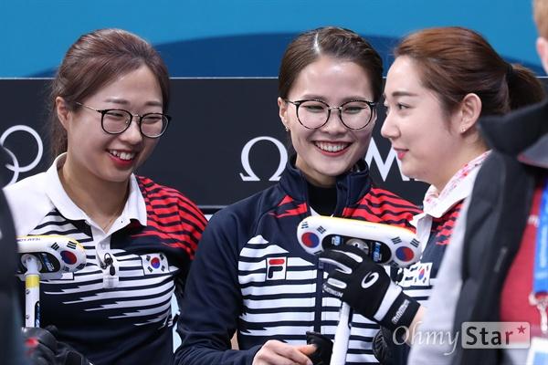 준결승 한일전 준비하는 '팀킴' 23일 오후 강원도 강릉 컬링센터에서 평창 동계올림픽 여자 컬링 한국과 일본의 준결승전이 열릴 예정인 가운데, 한국선수들이 경기를 준비하고 있다.