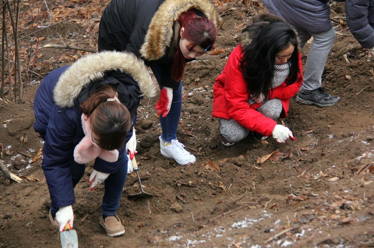 일본 도쿄에 있는 '케이센(惠泉)여학원 대학' 학생 14명이 아산 설화산(아산시 배방읍 중리 산86-1번지 일대) 폐금광에서 유해발굴 작업을 벌이고 있다.