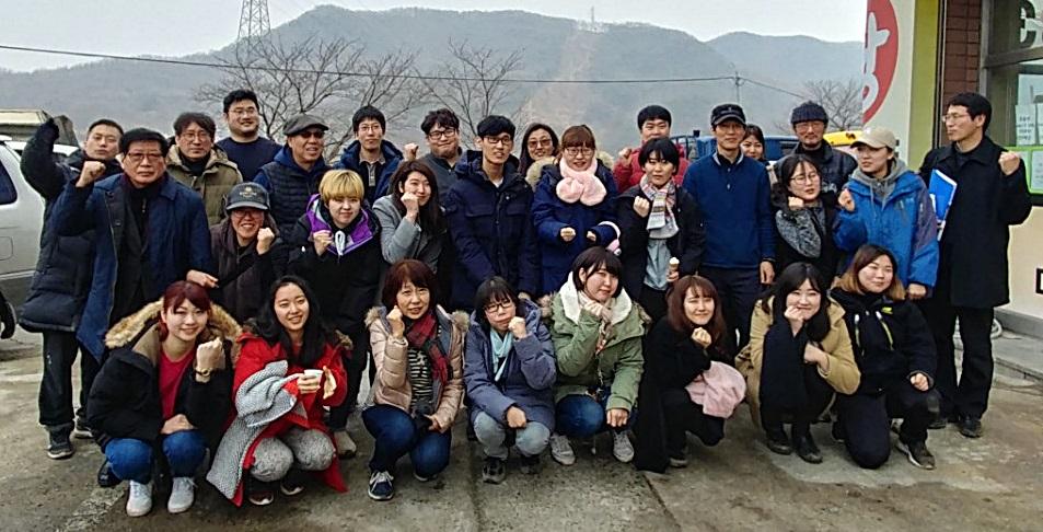 '일본 '케이센(惠泉)여학원 대학' 학생들과 유해발굴공동조사단이 기념쵤영을 하고 있다.