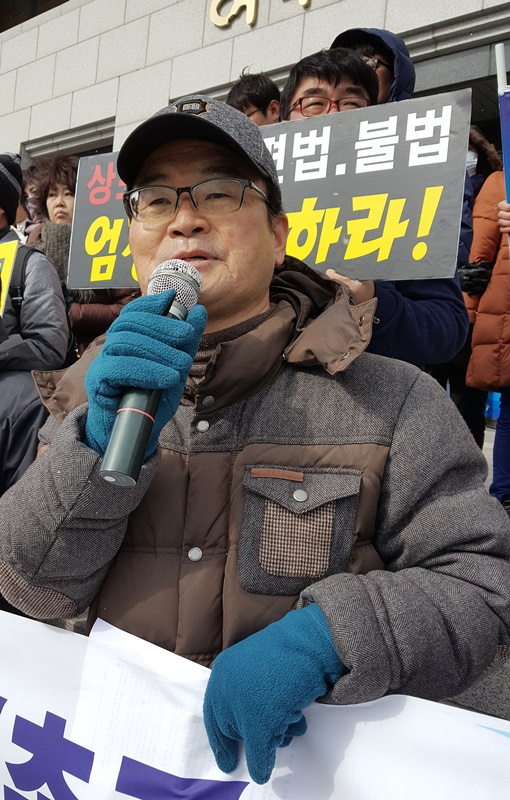 정치개혁여수시민행동 소속의 여수의 대표적 시민운동가 한창진(63)씨. 의회 앞에서 시민단체 기자회견중 발언을 하고 있다.