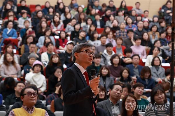 24일 오후 서울 마포구 마포중앙도서관에서 오마이뉴스와 사단법인 꿈틀리 주최로 '우리도 행복할 수 있을까' 800호 강연 및 '우리도 사랑할 수 있을까' 신간 출판 기념 꿈틀박람회가 열렸다.