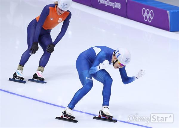 금메달! 두 주먹 불끈 쥔 이승훈 이승훈 선수가 24일 오후 강원도 강릉 스피드스케이팅 경기장에서 열린 평창동계올림픽 매스스타트 경기에서 금메달을 획득하며, 두 주먹을 불끈 쥐며 환호하고 있다.