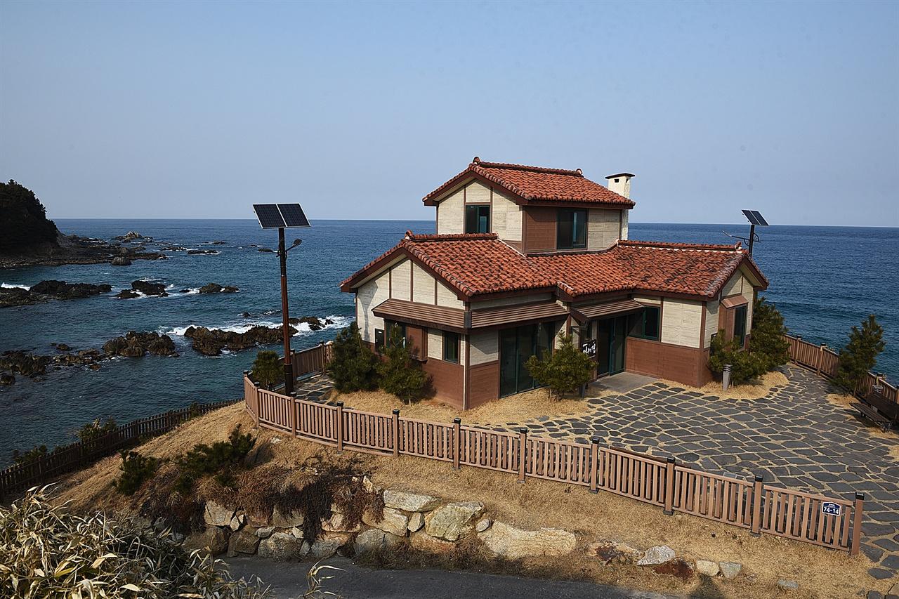 폭풍속으로 세트장  드라마 세트장으로 유일하게 남은 어부의 집은 바닷가 절벽 위에서 푸른 바다를 온몸으로 끌어안는다.