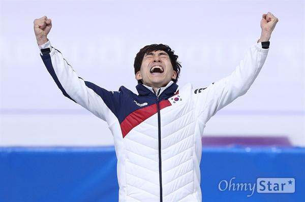 기뻐하는 이승훈 이승훈 선수가 24일 오후 강원도 강릉 스피드스케이팅 경기장에서 열린 평창동계올림픽 매스스타트 경기에서 금메달을 획득한 가운데 시상대에 올라 기뻐하고 있다.