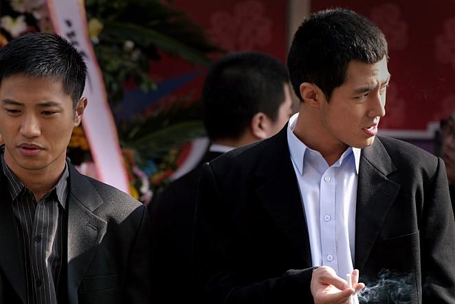 영화 〈비열한 거리〉의 한 장면. 종수(왼쪽)와 병두(오른쪽)
