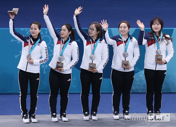 은메달 목에 건 여자 컬링 선수들 평창동계올림픽에서 은메달을 획득한 한국 여자 컬링팀 선수들이 25일 강원도 강릉컬링센터에서 열린 시상식에서 메달을 걸고 관중들에게 인사하고 있다. 왼쪽부터 김은정, 김경애, 김선영, 김영미, 김초희.