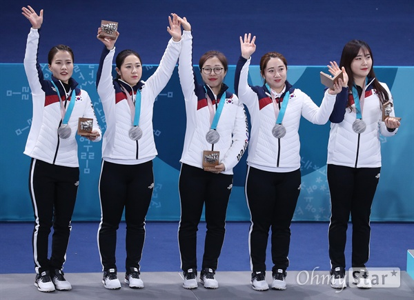 Female female dancers who won a silver medal at the Pyeongchang Winter Olympic Games won a silver medal at the age of 25 at the Gangwon-do Gangneung Curling Awards. From the left, Kim Ein Jung, Kim Kyun A, Kim Chang Young, Kim Young Me, Kim Chohi.