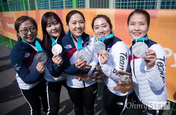 여자 컬링에서 은메달을 차지한 (왼쪽부터) 김선영, 김초희, 김경애, 김영미, 김은정 선수가 25일 오후 강원도 강릉 컬링센터에서 경기후 기자회견을 마치고 메달을 들고 있다.