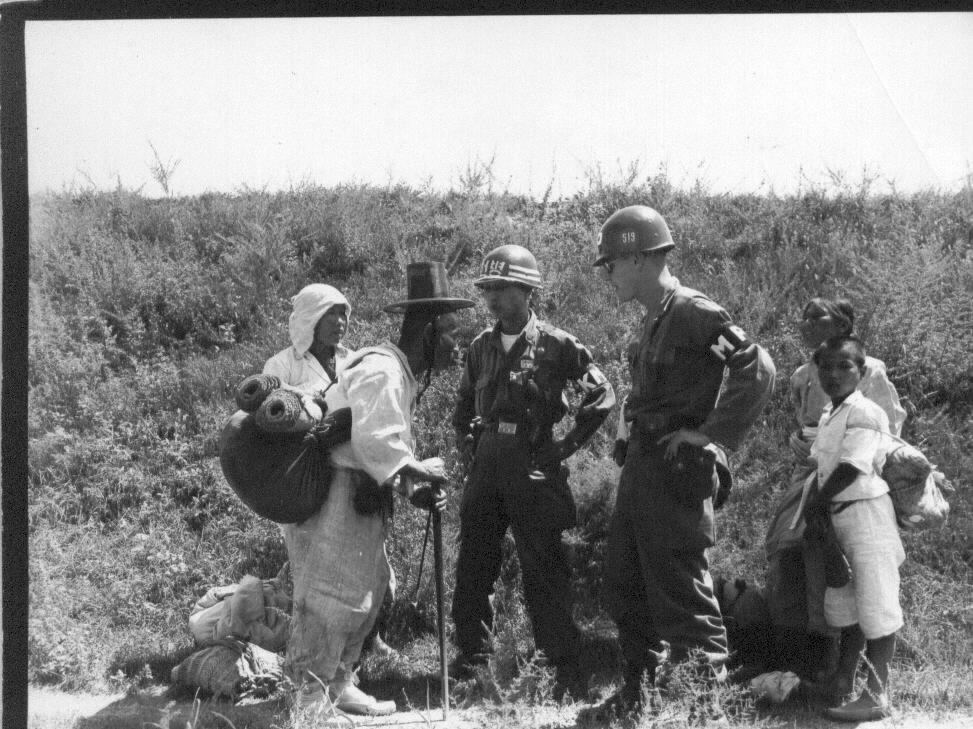 1950. 8. 24.  한미 헌병이 피란민을 통제하고 있다.