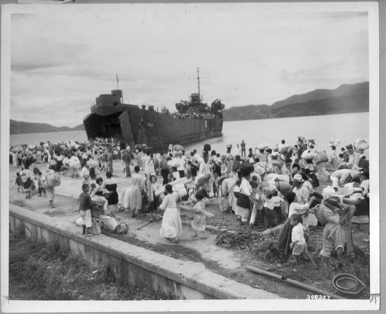 1950. 9. 마산, 피란민들이 섬으로 가고자 미 해군 상륙함(LST)에 오르고 있다.