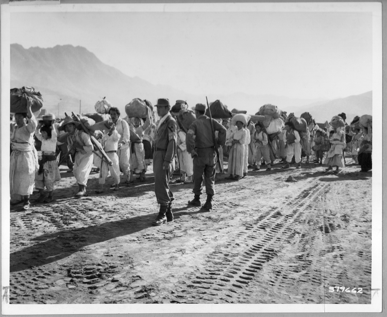 1951. 9. 유엔군의 통제 아래 피란민들이 열차를 기다리고 있다.