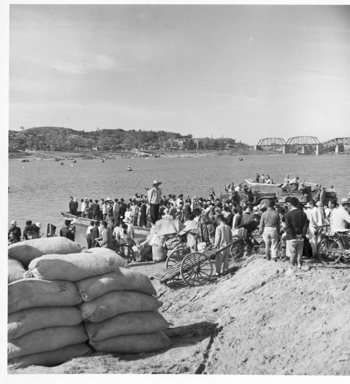 1951. 서울, 필리핀과 태국에서 긴급 구호양곡으로 수입한 쌀이 한강 나루터에 도착하자 몰려든 서울 시민들.