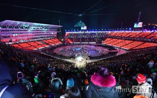 화려한 평창의 마지막 밤 25일 오후 강원도 평창올림픽스타디움에서 2018 평창동계올림픽 폐막 공연이 열리고 있다.