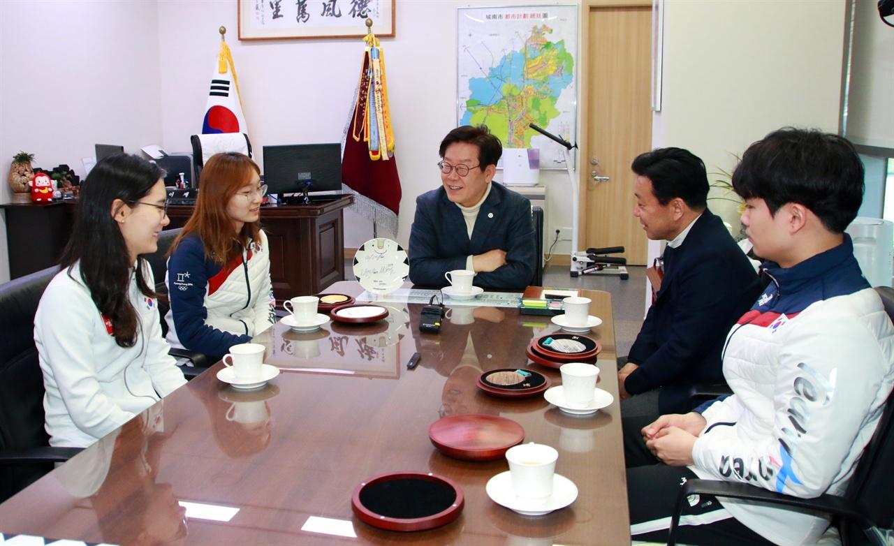 성남시청 소속 평창 올림픽 선수단, 이재명 시장 방문 선수들과 환담을 나누고 있는 이재명 성남시장