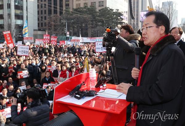 자유한국당 홍준표 대표가 26일 오후 서울 청계광장에서 열린 북한 김영철 방남 규탄대회에 참석해 발언하고 있다.