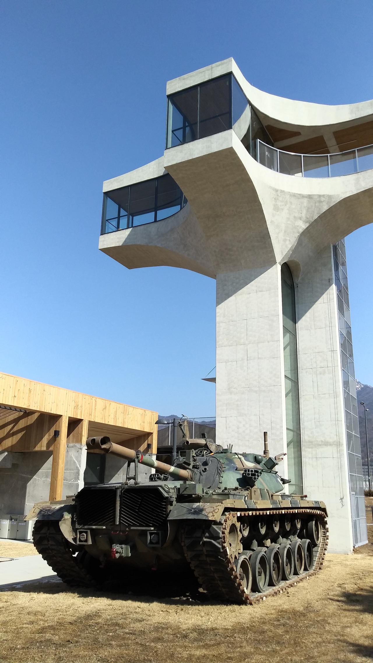 전망대와 탱크 3층 높이의 전망대도 있다. 아직 공사중. 3월에 열 계획이라 한다. 그리 높지 않지만 주변이 툭 터있는 곳이라 전망이 좋을 것 같다.