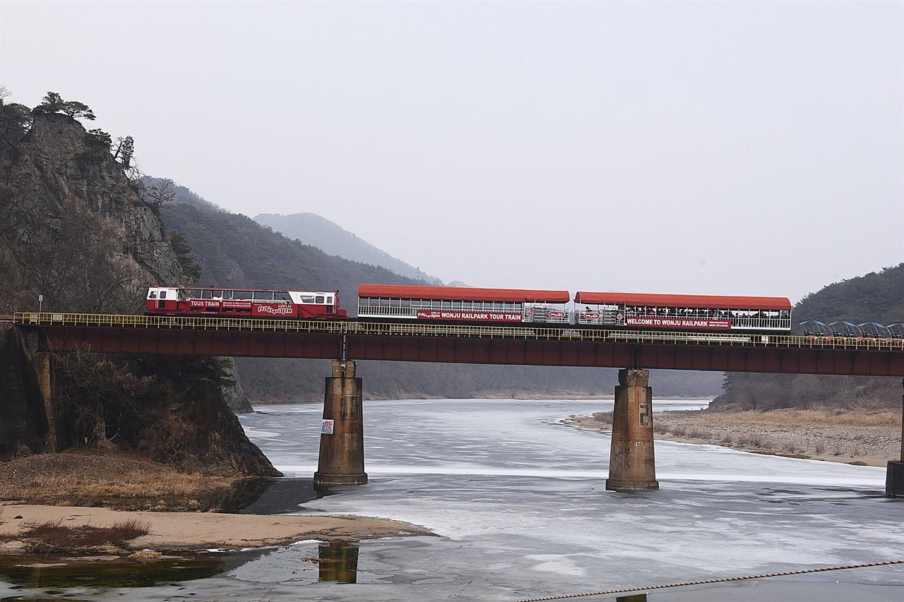 간현 레일바이크  섬강을 건너는 레일바이크 풍경열차의 모습. 갈 때는 풍경을 감상하고 올 때는 레일바이크를 탄다.