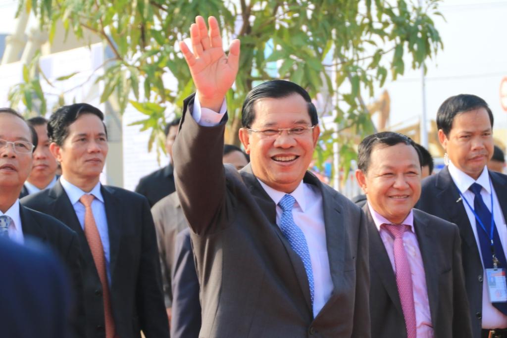 지지자들에게 손을 흔드는 훈센총리의 모습 지난 2월 25일 간접선거로 치러진 캄보디아 상원선거에서 집권여당은 58석 전석을 싹쓸이, 다가 올 7월 총선 승리를 확신하게 됐다.