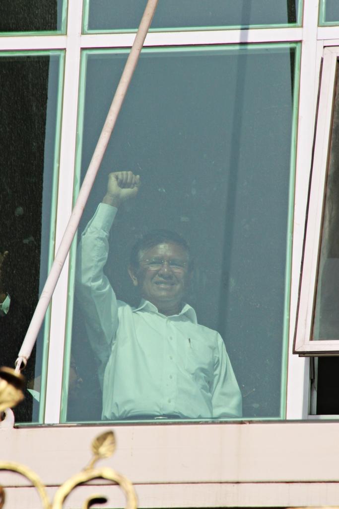 5년마다 치러지는 지난 캄보디아 총선 이듬해인 2014년 1월, 노동자시위집회를 주도한 협의로 기소된 켐 소카 당시 야당 부총재가  프놈펜법원 창문에 서서 지지자들에게 손을 흔들어 보이고 있다. 그는 현재 국가반역죄 협의로 수감된 상태다.