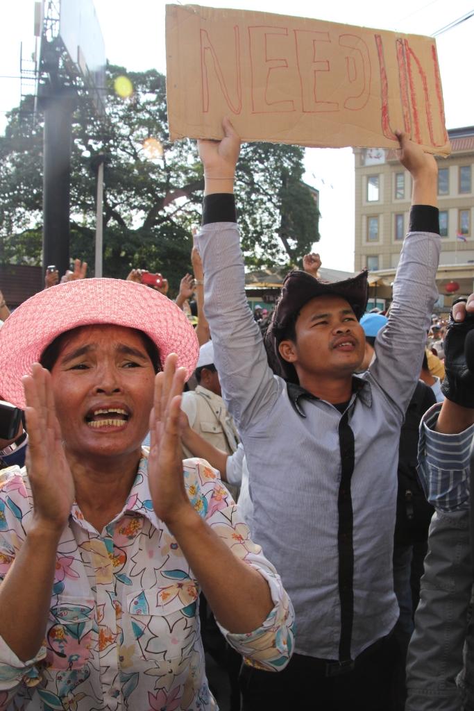 지난 2014년 1월 법원의 소환명령을 받은 제1야당 켐 소카 당시 부총재가 법원에 들어가자, 지지자들이 유엔을 비롯한 국제사회의 지지를 호소하는 피켓을 든 채 소리를 지르고 있는 모습.