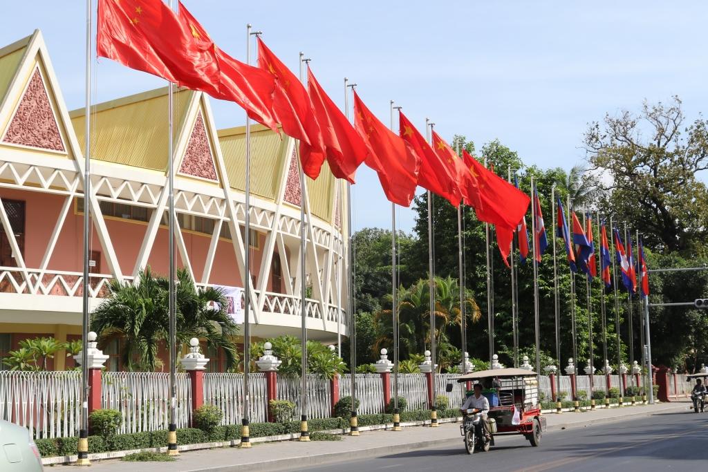 지난 1월 중국 리커창 총리의 캄보디아 방문 당시 수도 짜토목 국립극장앞에 휘날리던 중국 오성기의 모습.