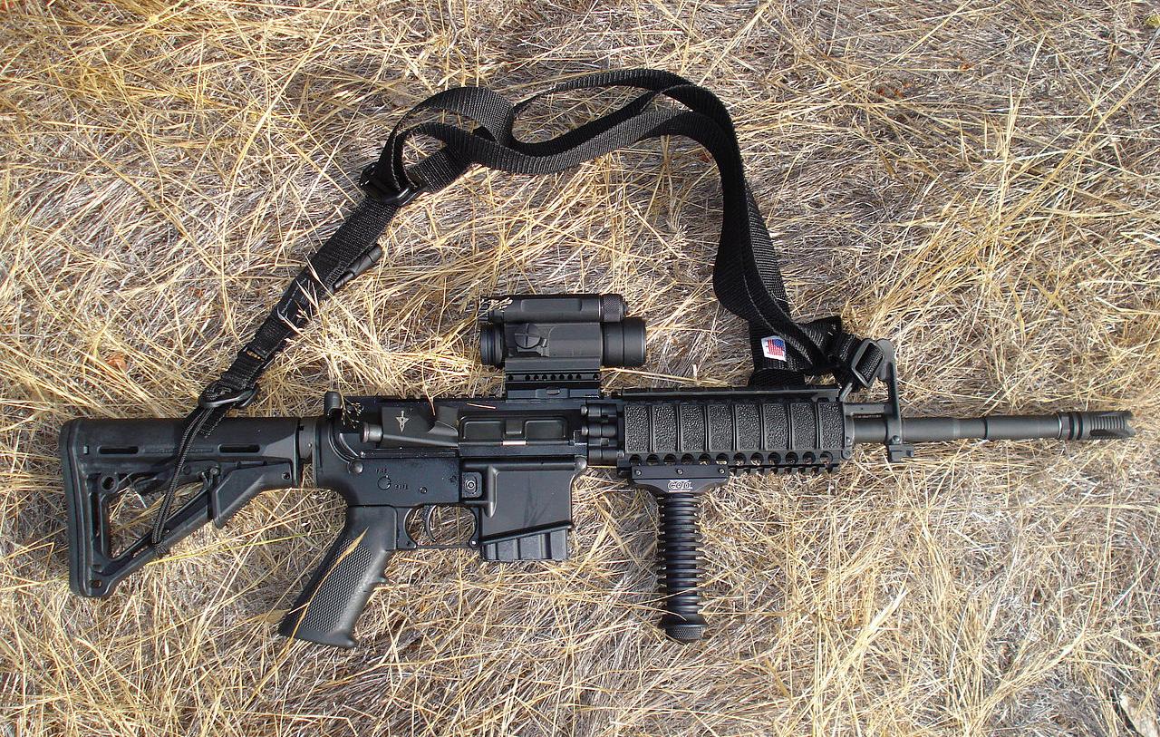 미국에서 심각한 총기폭력을 유발해 온 AR-15 계열 반자동소총. 애초에 군사용으로 설계된 것을 민간판매용으로 개조생산한 모델이다.
