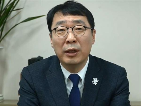 청와대 윤영찬 국민소통수석이 '초중고 페미니즘 교육 의무화' 국민청원에 대해 답변하고 있다.