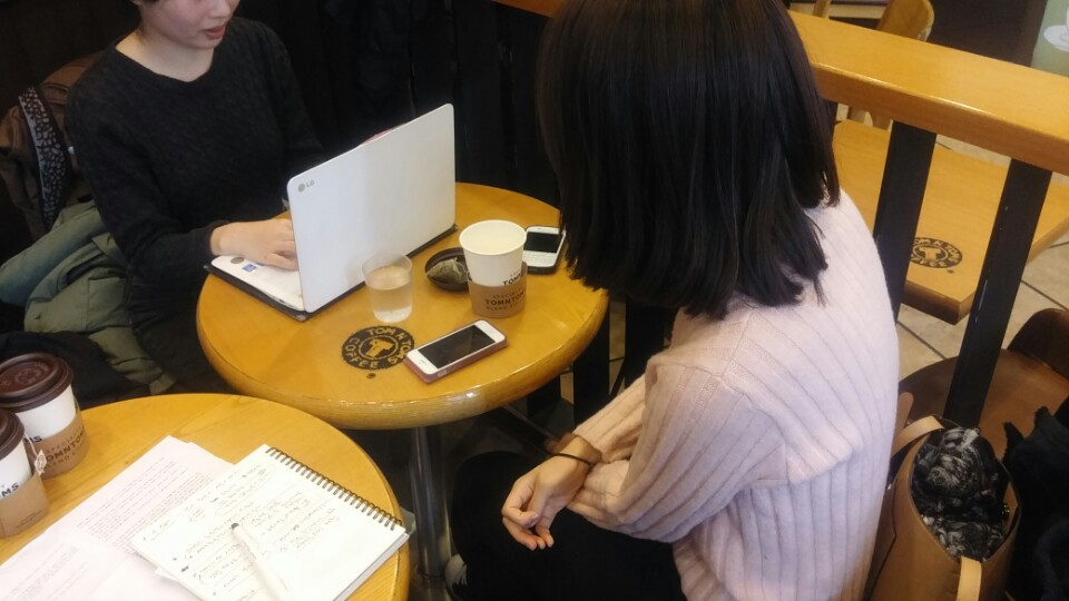 한국여성노동자회 대학생 자원활동가 마라가 김서현 씨를 인터뷰 하고 있다.