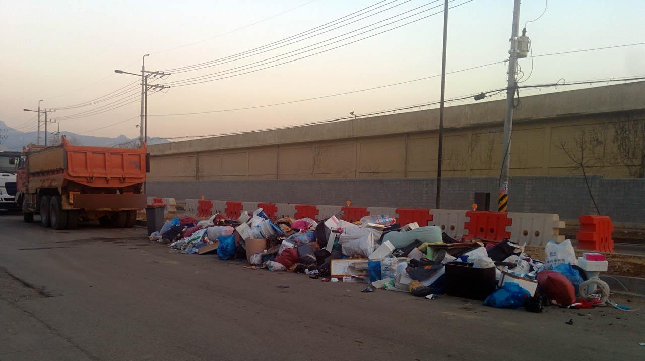 주변에 신도시가 조성되고 도로 공사 등으로 공사 현장이 늘면서 몇년째 쓰레기와 전쟁중이다. 모두 치운 후 이삼일 지나면 쌓이는 쓰레기 더미가 되풀이되고 있다.