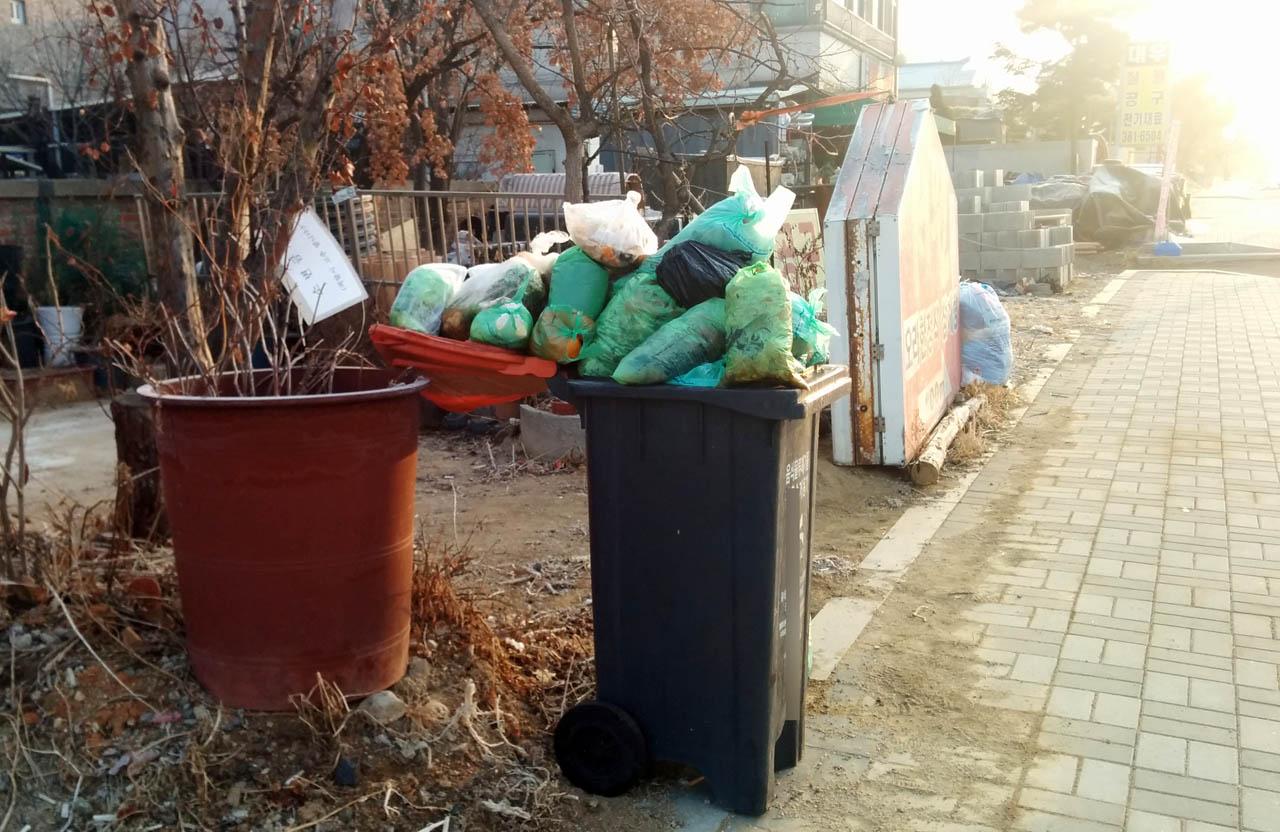 어느 주택가의 음식물 쓰레기.