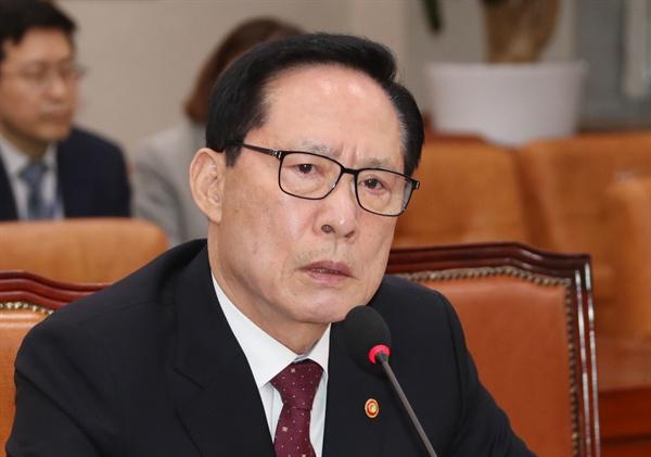 송영무 국방부 장관이 28일 국회에서 열린 법사위원회 전체회의에서 의원들의 질의에 답변하고 있다