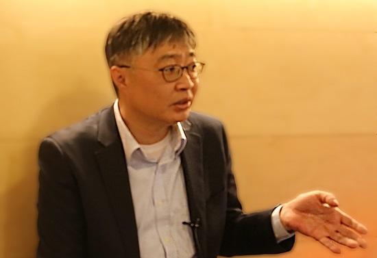 """1월 10일 DMC 첨단산업센터에서 만난 우석훈 박사는 """"현 정부의 에너지 전환 정책이 단순 구호에 지나지 않는지를 돌이켜 볼 필요가 있다""""고 말했다."""