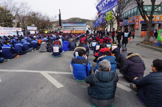 27일 군산시청 앞에서 열린 '한국GM 군산공장 폐쇄 철회를 위한 군산시민 결의대회'에는 협력업체 노동자들도 함께했다.