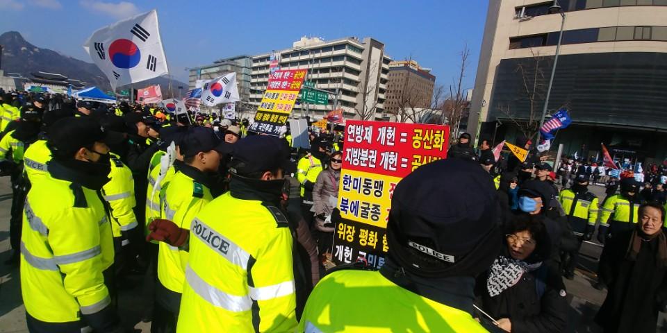 보수 집회 참가자들이 3.1 민회 집회장에 난입하려 하자 경찰이 제지하고 있다.