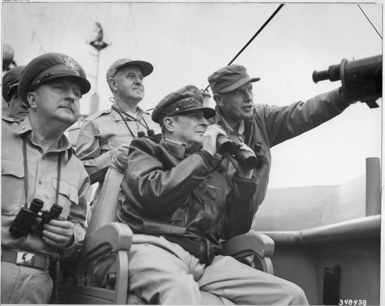 1950. 9. 14. 인천 앞 바다 Mountain Mckinley 함상에서 상륙지점을 바라보는 맥아더 장군.