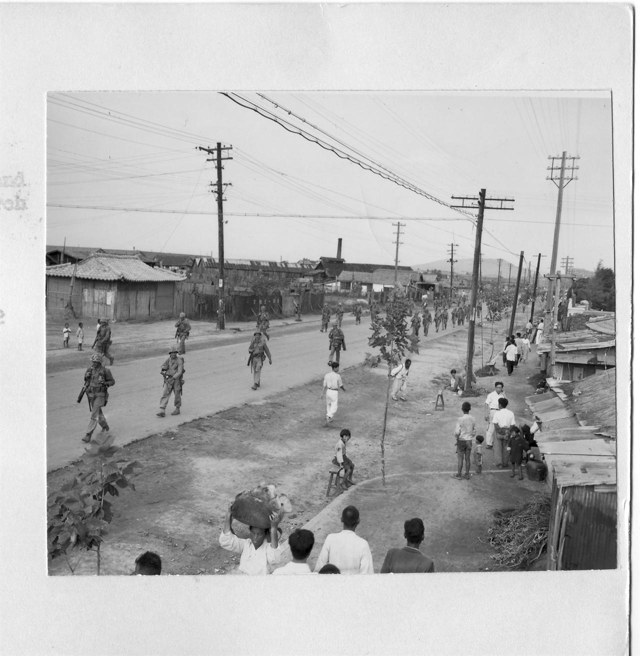 1950. 9. 17. 유엔군들이 서울로 진격해 가자 피란 갔던 인천시민들이 집으로 돌아오고 있다.