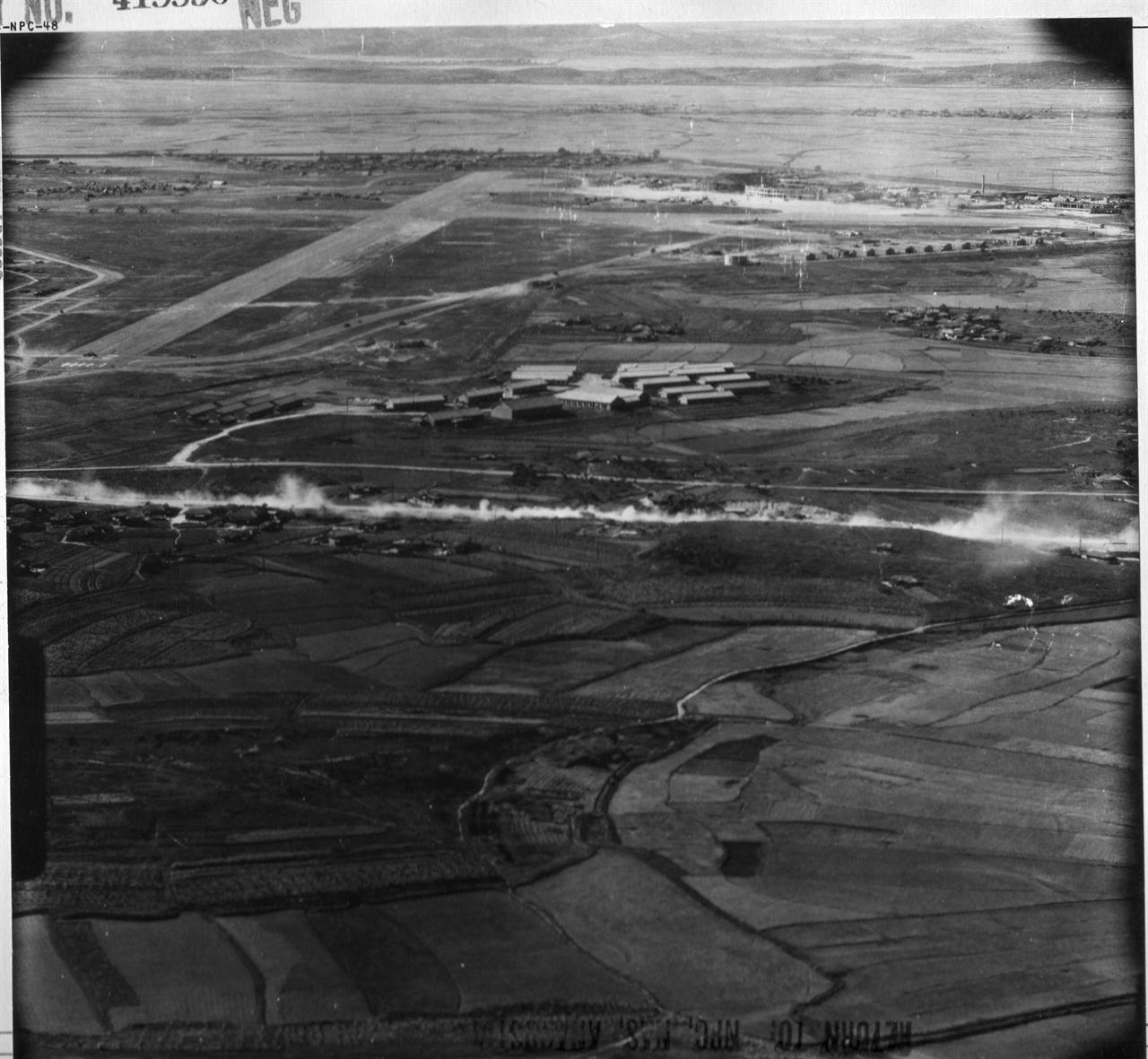 1950. 9. 하늘에서 내려다본 김포비행장 일대. 유엔군이 서울로 진격하고 있다.