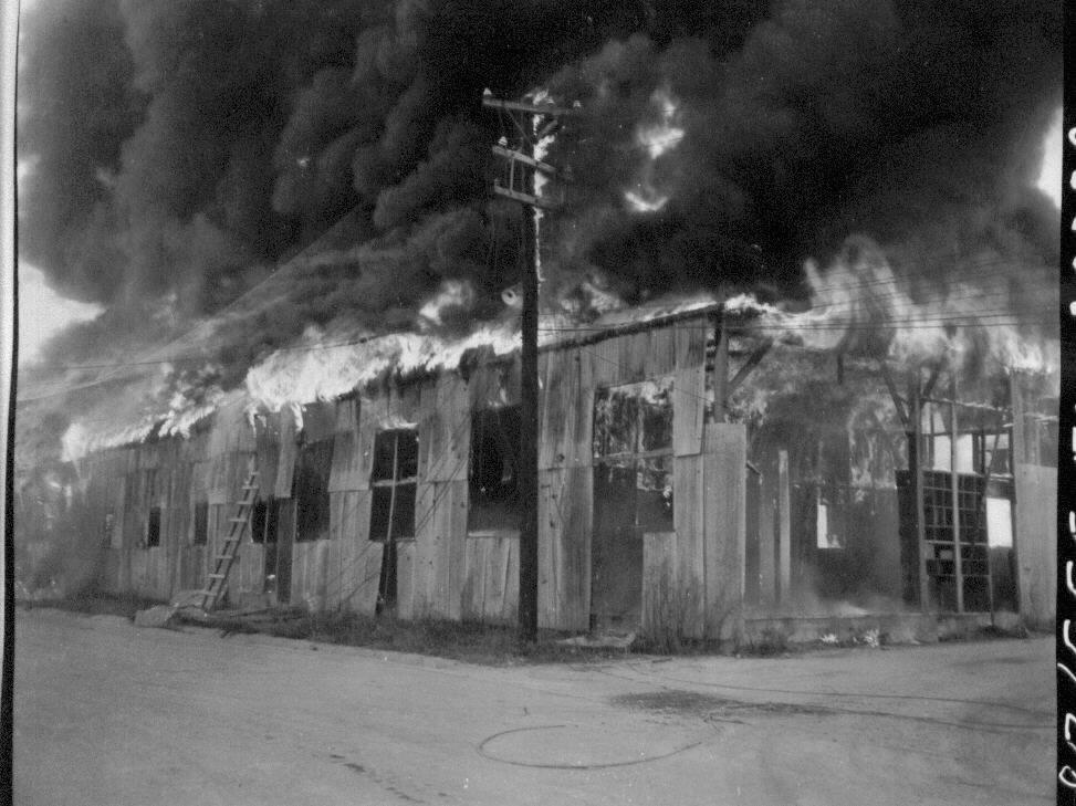 1950. 10. 7. 김포 비행장이 불타고 있다.
